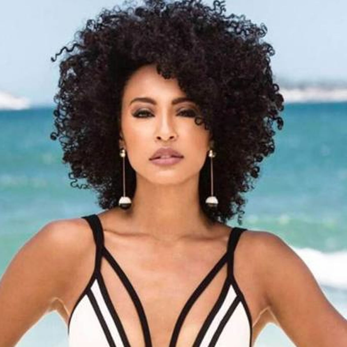 Black Women Medium Lenght Curly Hairstyles 2018-2019 - Page 2 of 5