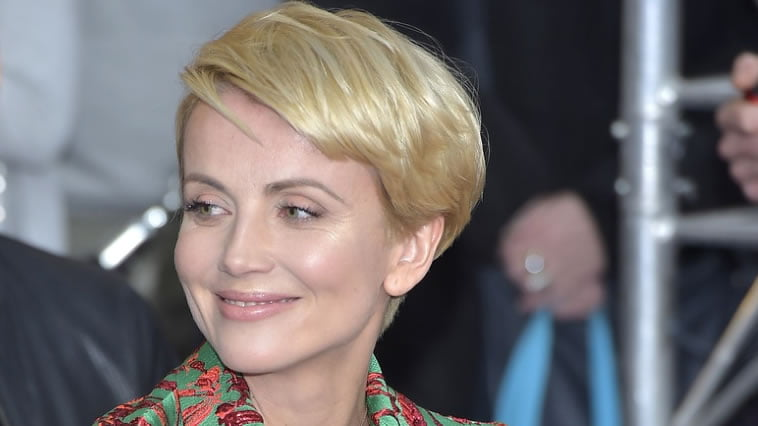 Side swept short hairstyle blonde hair color for round face - Hair ...